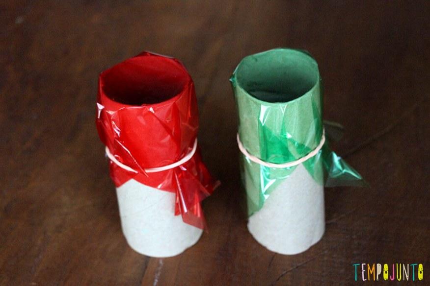 Brinquedos de materiais não estruturados - dois rolos de papel com celofane
