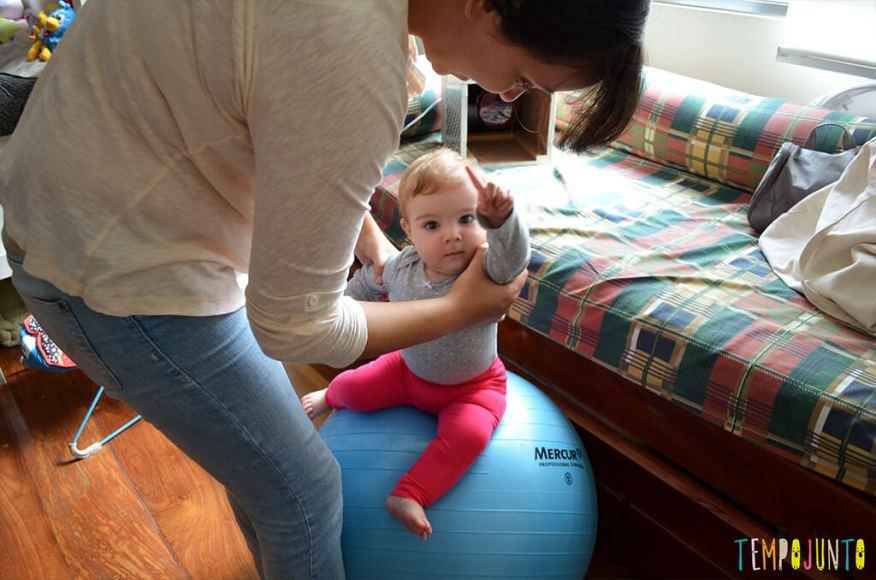Uma bola de exercício e 5 brincadeiras fantásticas para seu bebê - bebê sentada na bola