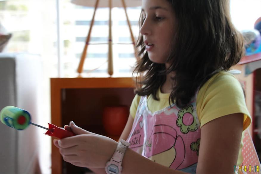 Atividade de artes para crianças de todas as idades - carol pintando com rolo de tinta