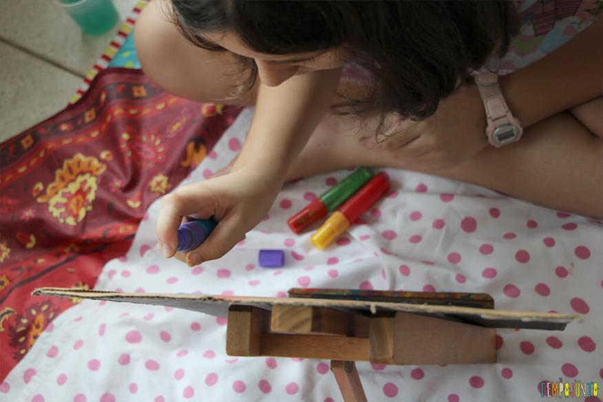 Atividade de artes para crianças de todas as idades - carol pintando com spray