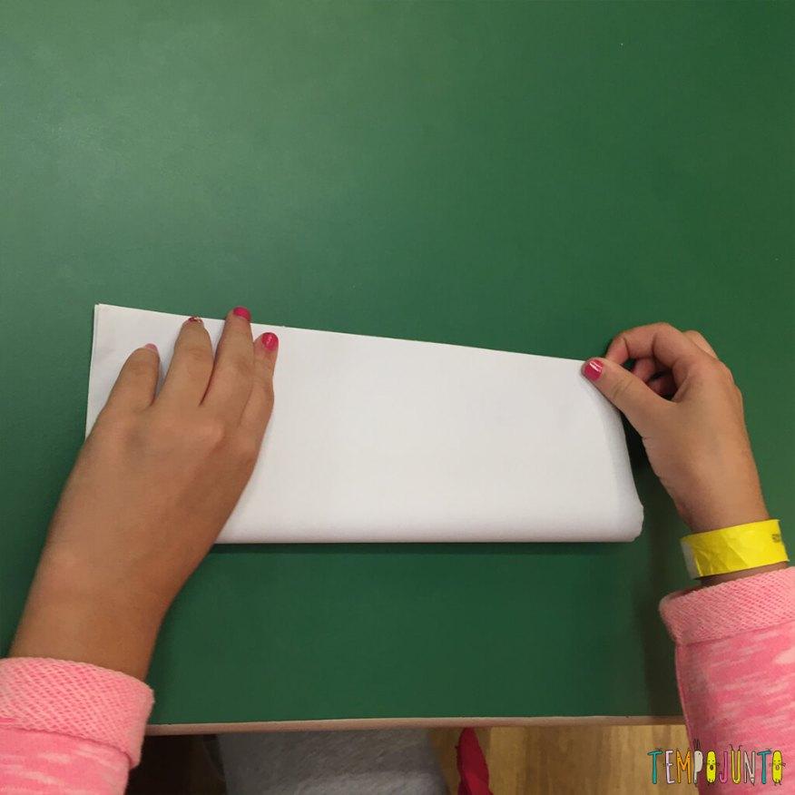 Brincadeira de origami - primeira dobra