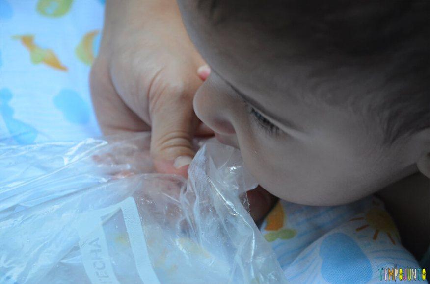 Brincadeira sensorial e com estimulo para ficar de brucos - bernardo chupando gelo