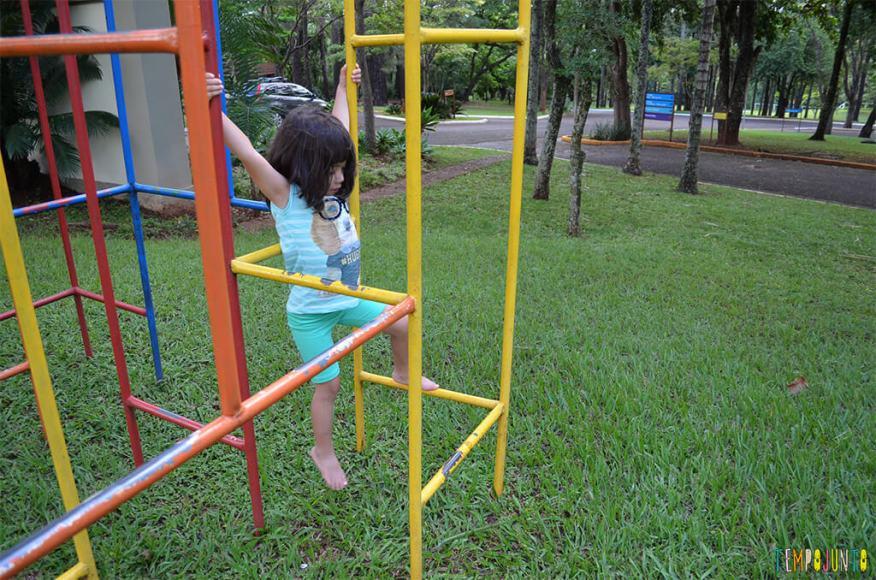 Como estimular o equilibrio e seguranca das criancas com brincadeiras ao ar livre - larissa pendurada