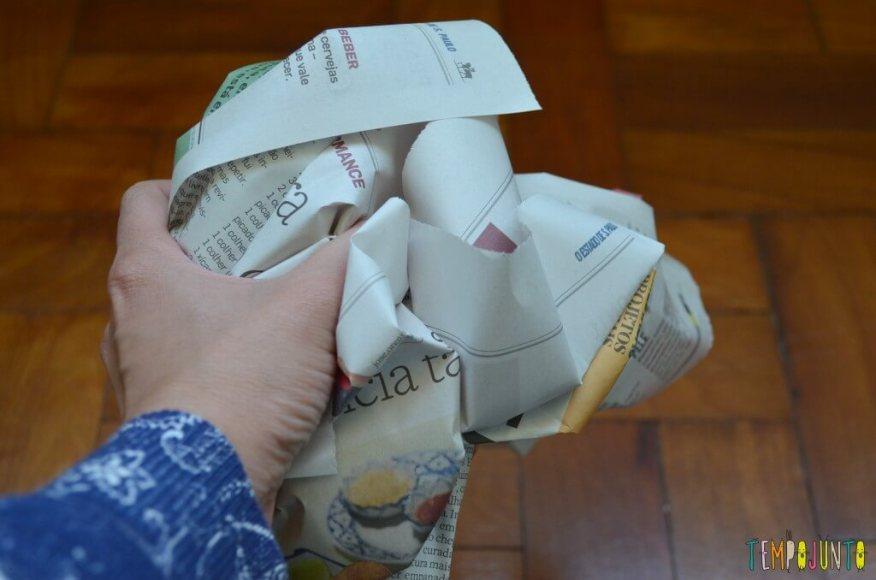 Peteca é uma brincadeira típica brasileira para se divertir ao ar livre - jornal amassado