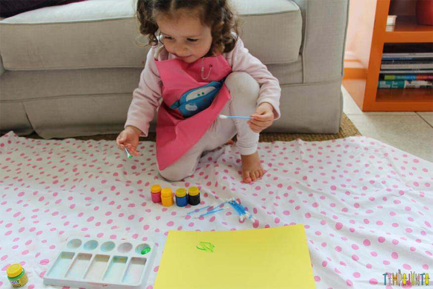 Pintura com cotonete, um jeito diferente dos pequenos fazerem arte - gabi começando a pintar