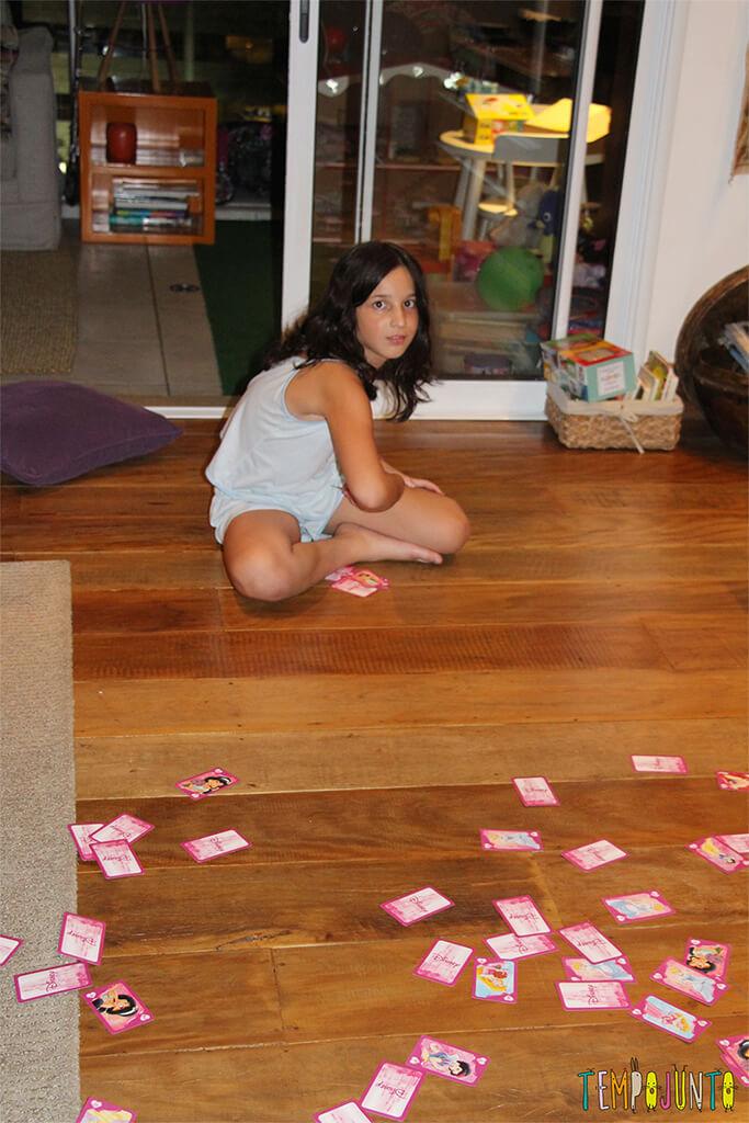 Brincar com as crianças é mais fácil do que você imagina - carol jogando as cartas