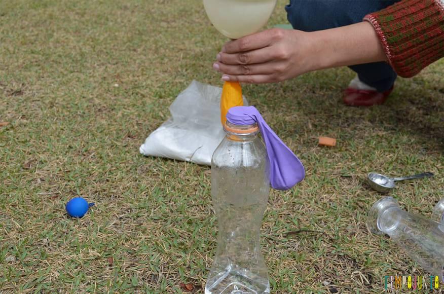 Experiencia bexiga - bexiga encaixada na garrafa