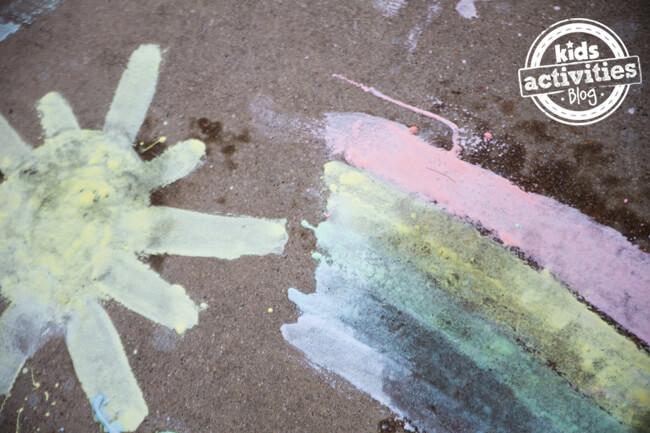 10 maneiras de brincar com bicarbonato de sodio - tinta de calçada borbulhante