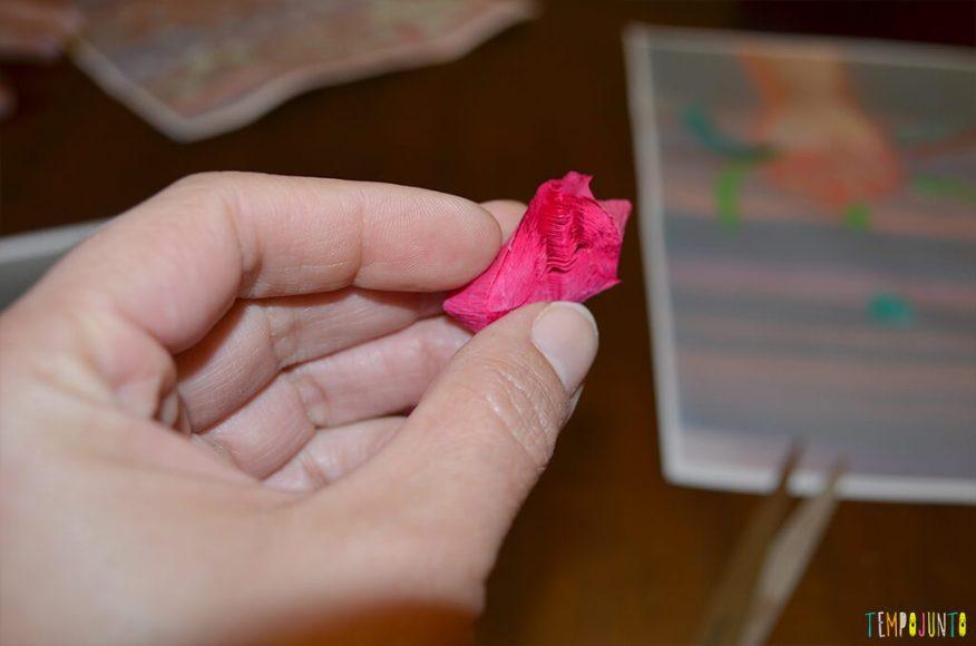 Arte com flores - pedaço de crepom cortado