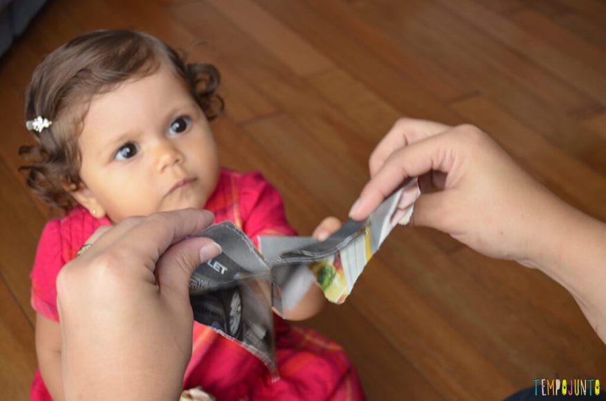 Brincadeira com o bebê usando folhas de revista - julia olhando a mae rasgar a revista