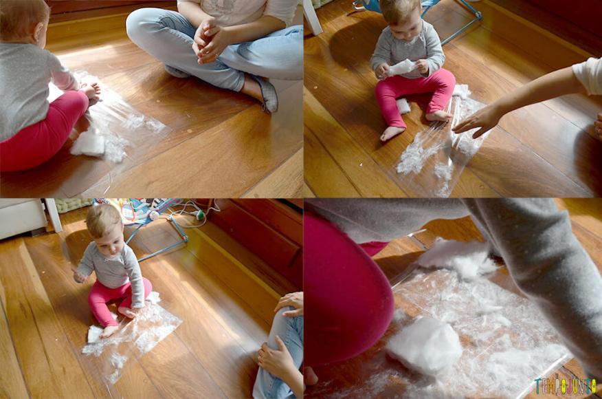Brincadeira sensorial para bebês com algodão e papel adesivo - carol grudando e desgrudando o algodao