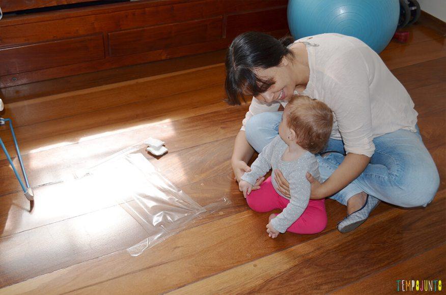 Brincadeira sensorial para bebês com algodão e papel adesivo - mae com o bebe