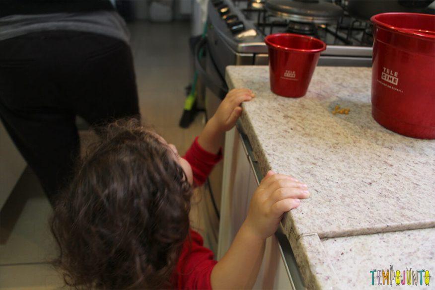 Quando é a hora das crianças irem para a cozinha - gabi esperando a pipoca ficar pronta