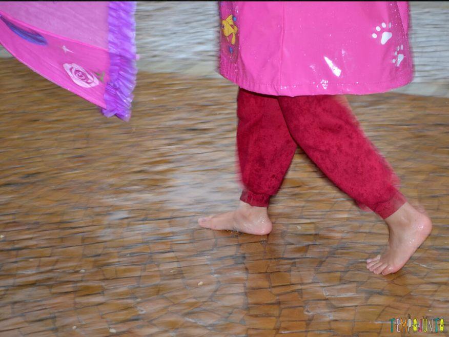 Brincar livre na chuva para criancas a partir de 3 anos_17.44.54-2_pe e guarda chuva