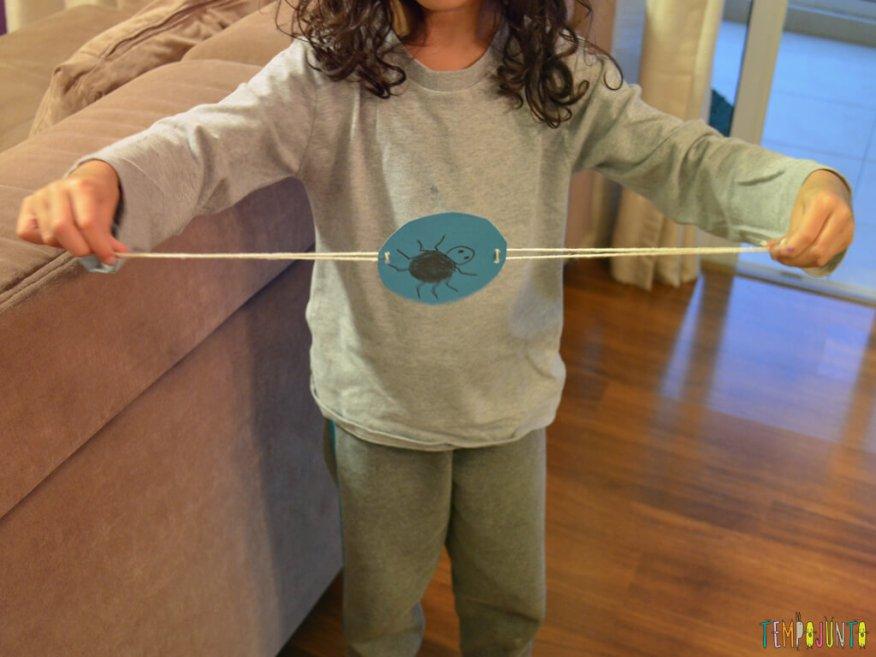 Brincar com a ilusao de otica e colocar a aranha na teia_SOFIA-BRINCANDO