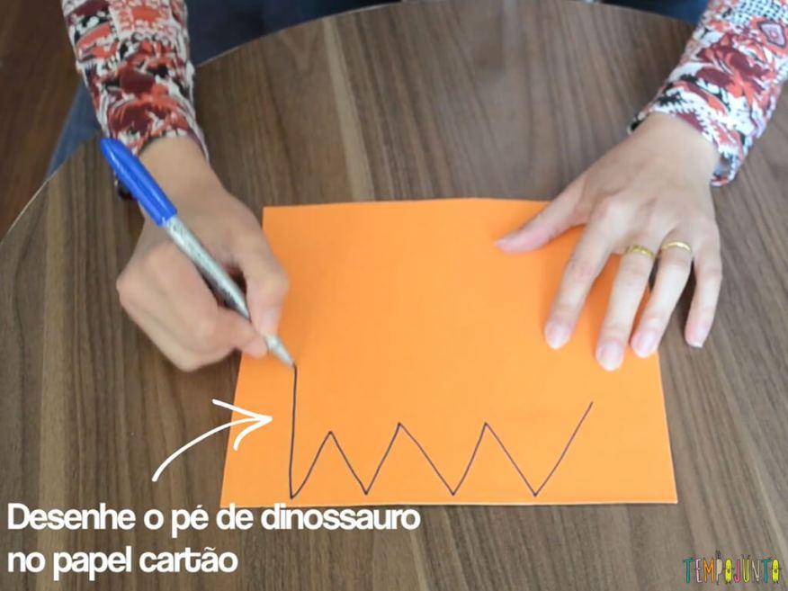 Construa um pé de dinossauro incrível com uma caixa de sapato_desenhando-pe-do-dinossauro
