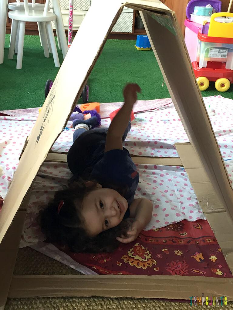 Como fazer uma cabana de caixa de papelao_16.13.51_gabi linda sorrindo deitada