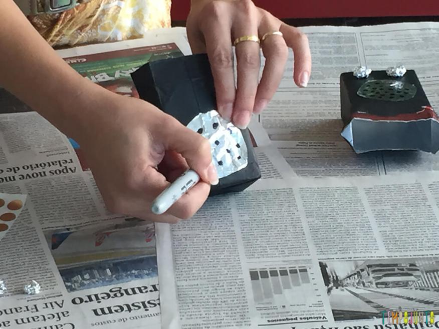 Um brinquedo de sucata cheio de possibilidades criativas_colando-o-aluminio-e-fazendo-pontinhos