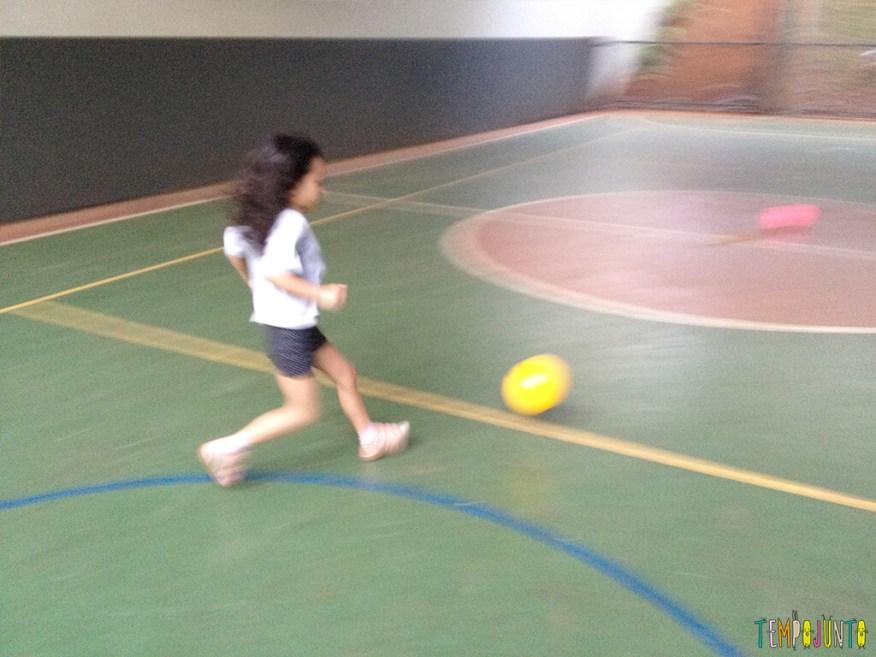 Brincadeira simples com bola para um momento ao ar livre - sofia correndo