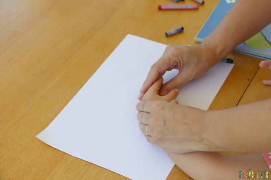 Como fazer desenho com as mãos - patricia segurando a mao da gabi