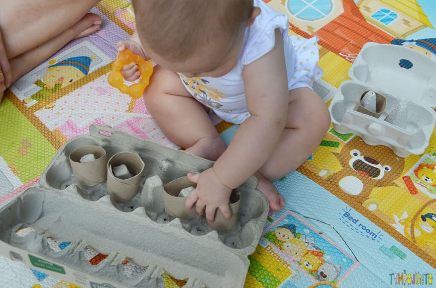 Brincadeira de coordenação com rolo de papel e caixa de ovos - luisa colocando os rolos na caixa de ovo