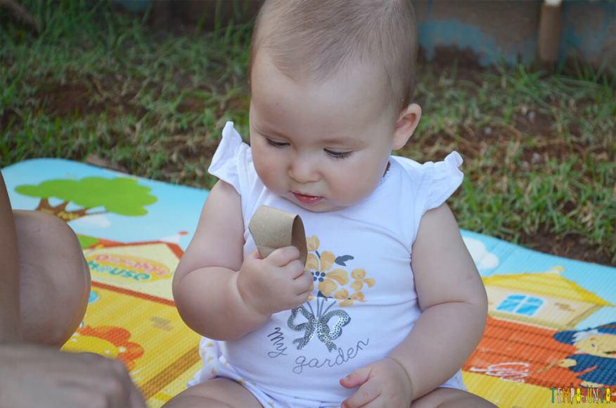 Brincadeira de coordenação com rolo de papel e caixa de ovos - luisa curiosa