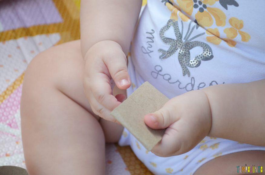 Brincadeira de coordenação com rolo de papel e caixa de ovos - maozinhas