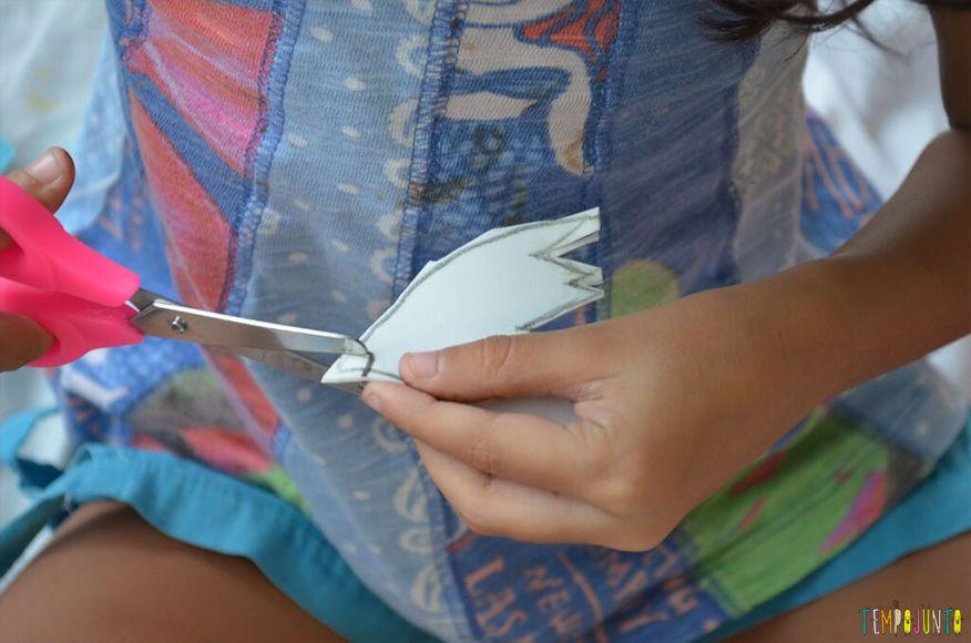 Pokemon - sofia cortando papel