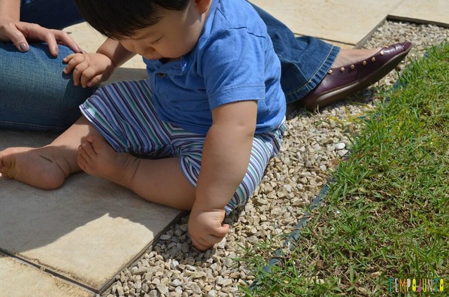 Brincadeira sensorial para bebes - felipe com a pedra