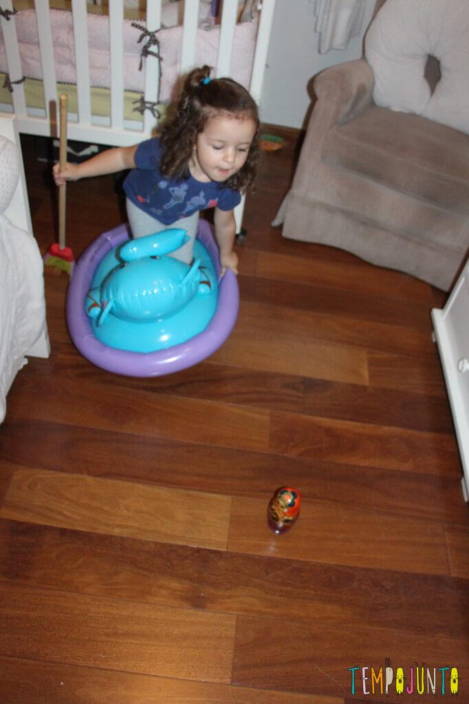 Brincadeiras inventadas pelas crianças - gabi indo salvar a marioska
