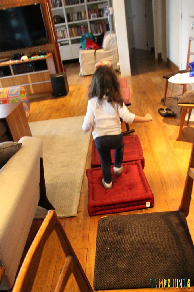 Circuito de atividades para crianças de todas as idades - gabi pulando a almofada