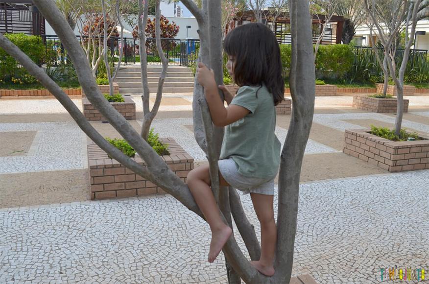 Espaços livres em parques e praças podem ser aproveitados para brincar - larissa na arvore