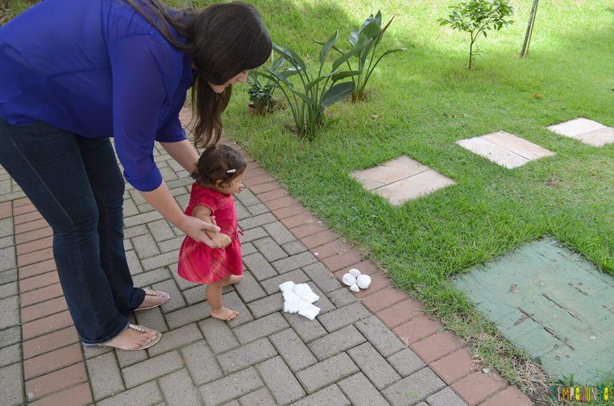 Um passeio sensorial para estimular o tato do seu bebê - julia com a danusa