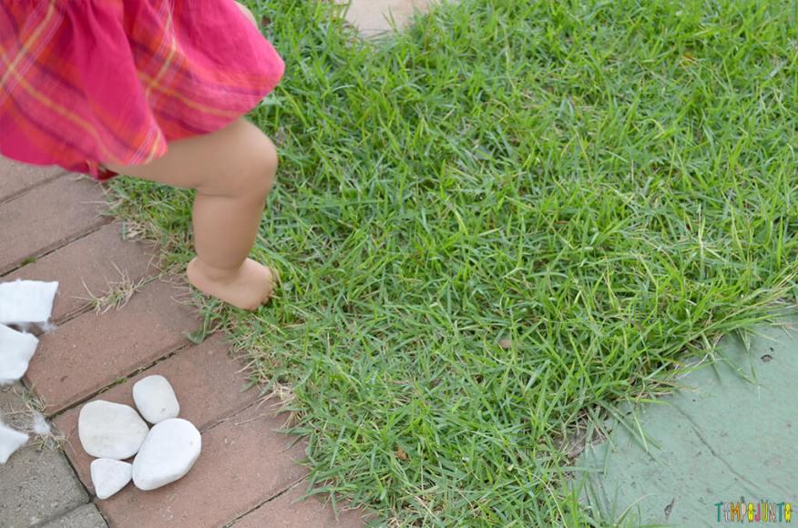Um passeio sensorial para estimular o tato do seu bebê - julia pisando na grama