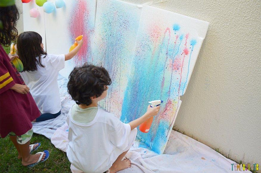 Arte com borrifador de tinta e isopor para uma brincadeira ao ar livre - criancas pintando 2