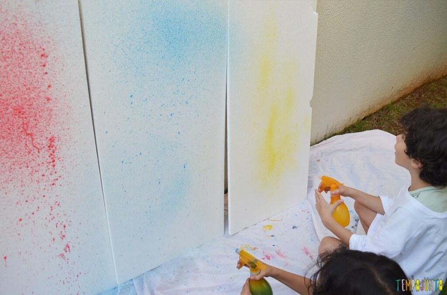 Arte com borrifador de tinta e isopor para uma brincadeira ao ar livre - primeiros borrifos