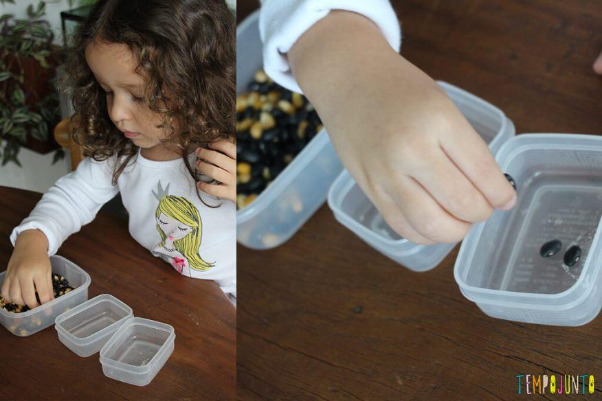 Brincadeira de coordenação motora fina para crianças de 3 anos - gabi separando os graos
