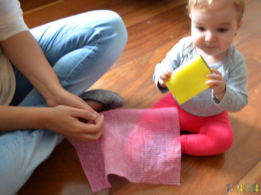 Brincadeira sensorial e de descoberta do bebê com material de cozinha_10.23.50_carolina-interagindo-com-os-materiais