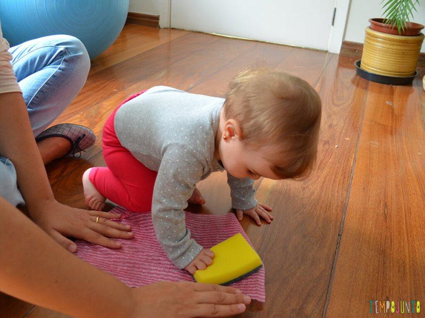 Brincadeira sensorial e de descoberta do bebê com material de cozinha_10.24.07_carolina-esfregando-com-a-esponja