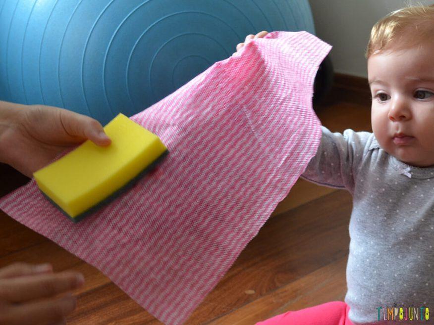 Brincadeira sensorial e de descoberta do bebê com material de cozinha_close-no-material