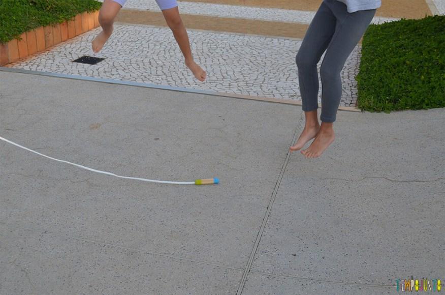 Mais uma brincadeira com corda - reloginho - meninas pulando