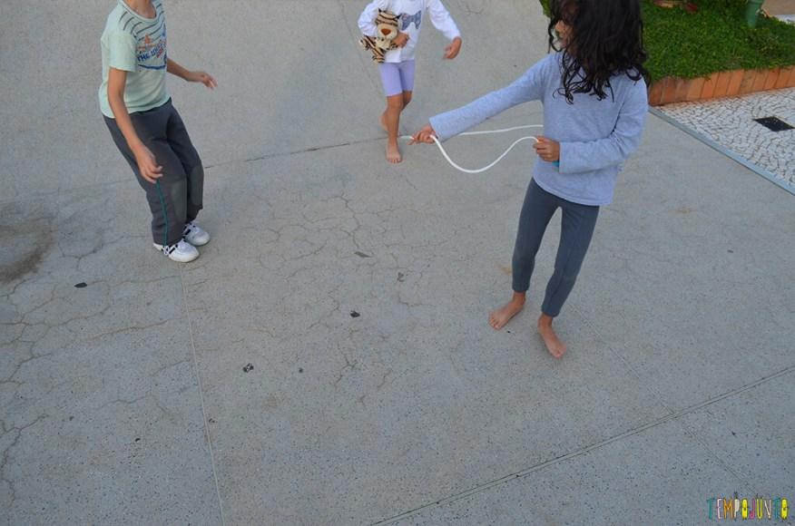Mais uma brincadeira com corda - reloginho - sofia rodando a corda