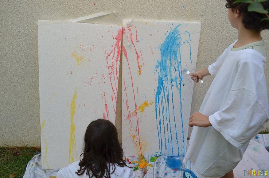 Brincar de pintura com bexiga para um dia ao ar livre - criancas pintando