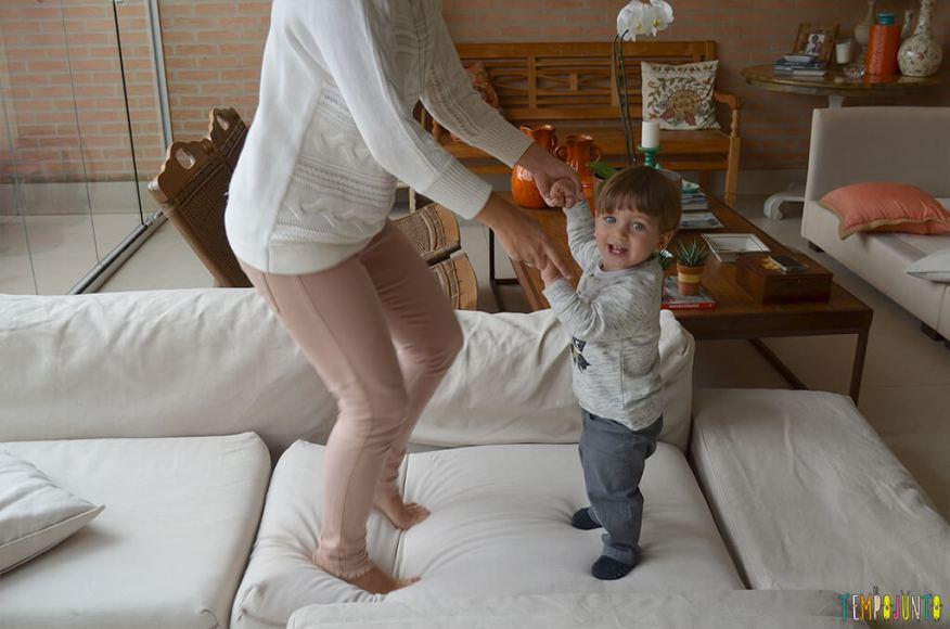 Porque almofadas são brinquedos ideais para você se divertir com seu bebê - pietro e a mae nas almofadas