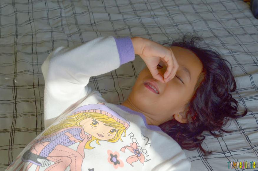 Brincadeiras para quando as criancas nos acordam - sofia olhando no buraco do dedo