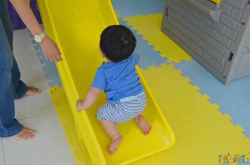 Playground com o felipe - felipe subindo no escorregador ao contrario2