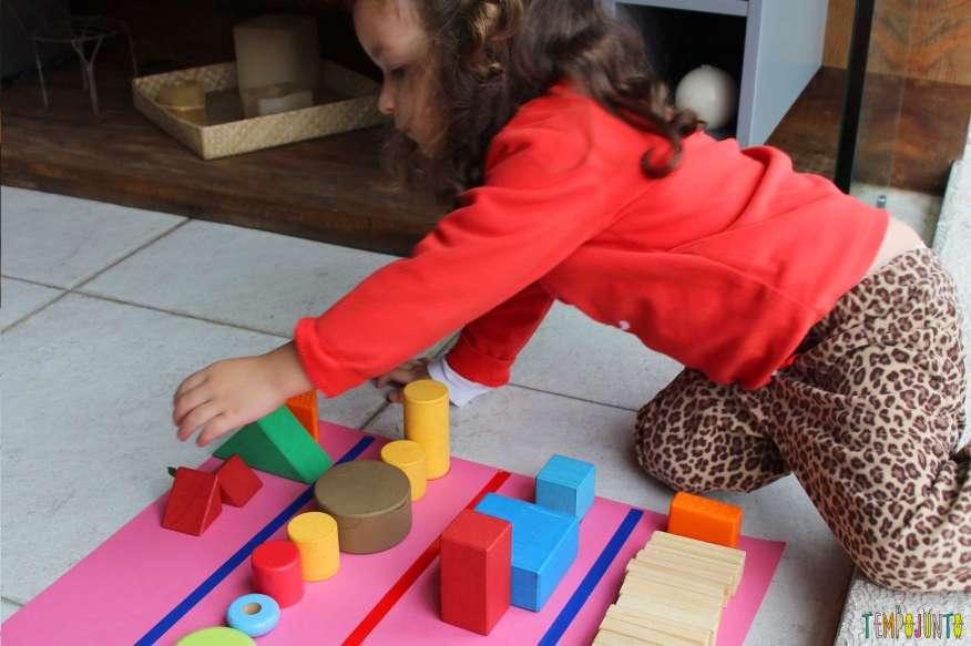 Atividade de raciocínio para crianças pequenas - gabi colocando todas as peças na coluna