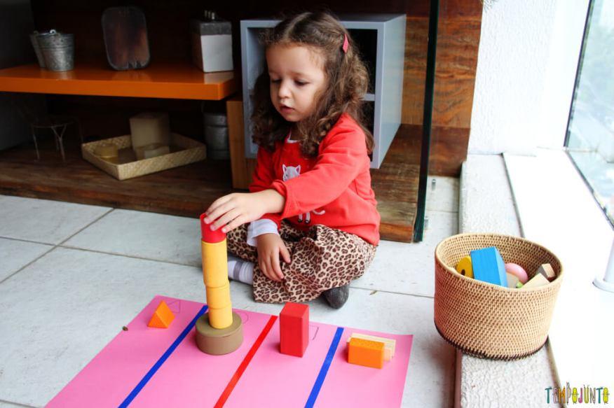 Atividade de raciocínio para crianças pequenas - gabi empilhando os blocos