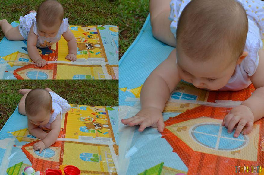 Brincadeira sensorial que ajuda o bebê a ficar de bruços - Luisa brincando com o tapete