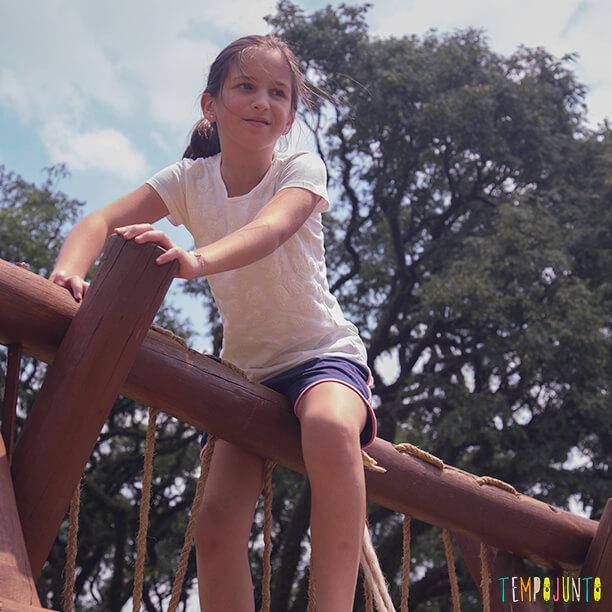 Estimular o equilíbrio pela brincadeira das crianças de 3 meses a 10 anos_carol emcima do brinquedo